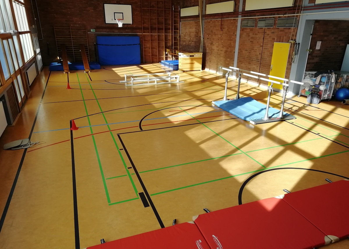 Turnhalle mit Geräten für den Schulsport